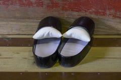Παραδοσιακά μαύρα λουστραρισμένα με λάκκα ξύλινα παπούτσια ενός ιερέα της λάρνακας Fujiyoshida Sengen Στοκ φωτογραφίες με δικαίωμα ελεύθερης χρήσης