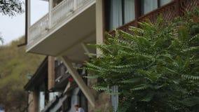 Παραδοσιακά ξύλινα σπίτια μπαλκονιών σχεδίου, όμορφη εξωτερική, παλαιά κατοικία ύφους φιλμ μικρού μήκους