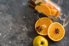 Παραδοσιακά ποτά πτώσης, κοκτέιλ mojito μηλίτη της Apple με τη μέντα, την κανέλα και τον πάγο Στο μαύρο πίνακα πετρών, διαστημική Στοκ εικόνα με δικαίωμα ελεύθερης χρήσης