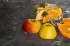 Παραδοσιακά ποτά πτώσης, κοκτέιλ mojito μηλίτη της Apple με τη μέντα, την κανέλα και τον πάγο Στο μαύρο πίνακα πετρών, διαστημική Στοκ Φωτογραφία