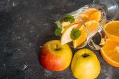 Παραδοσιακά ποτά πτώσης, κοκτέιλ mojito μηλίτη της Apple με τη μέντα, την κανέλα και τον πάγο Στο μαύρο πίνακα πετρών, διαστημική Στοκ Φωτογραφίες