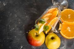Παραδοσιακά ποτά πτώσης, κοκτέιλ mojito μηλίτη της Apple με τη μέντα, την κανέλα και τον πάγο Στο μαύρο πίνακα πετρών, διαστημική Στοκ φωτογραφία με δικαίωμα ελεύθερης χρήσης
