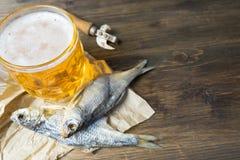 Παραδοσιακά ρωσικά πρόχειρα φαγητά στην μπύρα Ξηρό roach σε χαρτί Στοκ Εικόνα