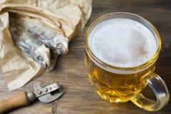 Παραδοσιακά ρωσικά πρόχειρα φαγητά στην μπύρα Ξηρό roach σε χαρτί Στοκ Φωτογραφίες