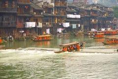 Παραδοσιακά σπίτια βαρκών τουριστών ποταμών Fenghuang Στοκ Εικόνα