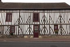 Παραδοσιακά σπίτια στο μεσαιωνικό χωριό Beuvron EN Auge στη Νορμανδία Γαλλία στοκ εικόνες
