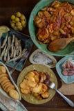 Παραδοσιακά σπιτικά ψημένα λαχανικά με τα αλμυρά πρόχειρα φαγητά στοκ εικόνες