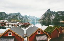 Παραδοσιακά στέγη και βουνά σπιτιών της Νορβηγίας πέρα από το τοπίο φιορδ Στοκ εικόνα με δικαίωμα ελεύθερης χρήσης
