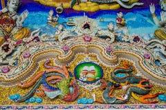 Παραδοσιακά ταϊλανδικά γλυπτά ύφους και ζωγραφική στην εκκλησία κάτω από τη διακόσμηση του ναού Wat Pariwat Στοκ φωτογραφία με δικαίωμα ελεύθερης χρήσης