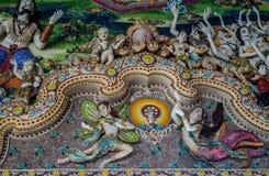 Παραδοσιακά ταϊλανδικά γλυπτά ύφους και ζωγραφική στην εκκλησία κάτω από τη διακόσμηση του ναού Wat Pariwat Στοκ Φωτογραφίες