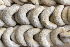 Παραδοσιακά τσεχικά γλυκά μπισκότα Χριστουγέννων, ρόλοι βανίλιας με την άσπρη τήξη στοκ εικόνες