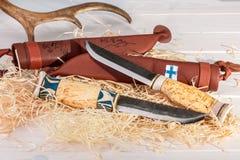Παραδοσιακά φινλανδικά μαχαίρια Puukko ζωνών με την κοπή ΕΔ καμπής Στοκ φωτογραφία με δικαίωμα ελεύθερης χρήσης