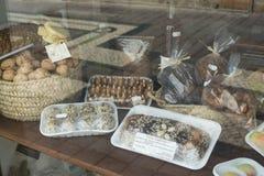 Παραδοσιακά, φυσικά πορτογαλικά γλυκά πρόχειρα φαγητά με τα σύκα, ξύλα καρυδιάς, αμύγδαλα στοκ εικόνες