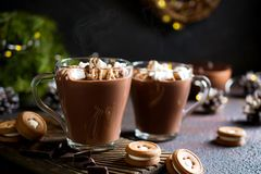 Παραδοσιακά χειμερινά πιάτα Παραδοσιακά Χριστούγεννα ποτών ή νέο έτος Κούπα της καυτής και πικάντικης αρωματικής σοκολάτας με mar στοκ εικόνες με δικαίωμα ελεύθερης χρήσης