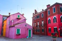 Παραδοσιακά χρωματισμένα Burano σπίτια, Βενετία στοκ εικόνες