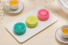 Παραδοσιακά mooncakes στην επιτραπέζια ρύθμιση Χιονώδες δέρμα mooncakes CH Στοκ εικόνες με δικαίωμα ελεύθερης χρήσης