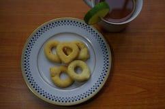 Παραδοσιακά rosquillas πρόχειρων φαγητών της Ονδούρας και φλυτζάνι του τσαγιού στοκ εικόνα με δικαίωμα ελεύθερης χρήσης
