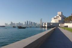 Παραδοσιακές βάρκες Dhow qatari με τον ορίζοντα των ουρανοξυστών δυτικών κόλπων, που λαμβάνεται στο ηλιοβασίλεμα doha Κατάρ στοκ εικόνες