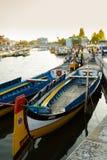 Παραδοσιακές βάρκες moliceiro στο κανάλι της πόλης του Αβέιρο, στο λιμένα Στοκ Εικόνες