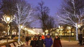 Παραδοσιακές διακοσμήσεις Χριστουγέννων στο κέντρο του Ελσίνκι απόθεμα βίντεο