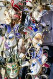 Παραδοσιακές μάσκες καρναβαλιού στο κατάστημα Στοκ Φωτογραφίες