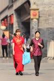 Παραδοσιακές ντυμένες γυναίκες στο παλαιό κέντρο πόλεων, Πεκίνο, Κίνα Στοκ Φωτογραφία