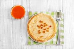 Παραδοσιακές ουκρανικές ή ρωσικές τηγανίτες σε έναν άσπρο πίνακα _ Στοκ Φωτογραφίες
