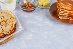 Παραδοσιακές ουκρανικές ή ρωσικές τηγανίτες Shrovetide Maslenitsa Παραδοσιακά πιάτα στις διακοπές καρναβάλι Maslenitsa Shrovetide Στοκ φωτογραφίες με δικαίωμα ελεύθερης χρήσης