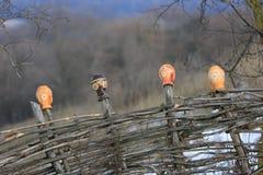 Παραδοσιακές ουκρανικές χειροποίητες κανάτες αργίλου σε έναν ξύλινο φράκτη Στοκ φωτογραφίες με δικαίωμα ελεύθερης χρήσης