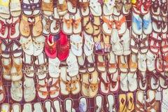 Παραδοσιακές παντόφλες δέρματος στο παζάρι σε Aswan, Αίγυπτος Στοκ Εικόνες