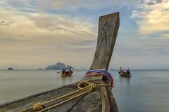 Παραδοσιακές ταϊλανδικές βάρκες στην παραλία ηλιοβασιλέματος Επαρχία AO Nang Krabi Στοκ Εικόνες