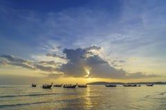 Παραδοσιακές ταϊλανδικές βάρκες στην παραλία ηλιοβασιλέματος Επαρχία AO Nang Krabi Στοκ φωτογραφίες με δικαίωμα ελεύθερης χρήσης