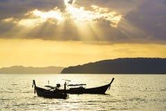 Παραδοσιακές ταϊλανδικές βάρκες στην παραλία ηλιοβασιλέματος Επαρχία AO Nang Krabi Στοκ Εικόνα