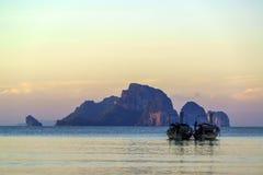 Παραδοσιακές ταϊλανδικές βάρκες στην παραλία ηλιοβασιλέματος Επαρχία AO Nang Krabi Στοκ εικόνα με δικαίωμα ελεύθερης χρήσης