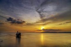 Παραδοσιακές ταϊλανδικές βάρκες στην παραλία ηλιοβασιλέματος Επαρχία AO Nang Krabi Στοκ εικόνες με δικαίωμα ελεύθερης χρήσης