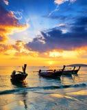 Παραδοσιακές ταϊλανδικές βάρκες στην παραλία ηλιοβασιλέματος Στοκ Εικόνα