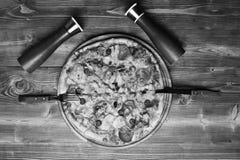 Παραδοσιακή έννοια κουζίνας Ιταλικό πιάτο με τα εμπορευματοκιβώτια δικράνων και μαχαιριών, αλατιού και πιπεριών Στοκ φωτογραφίες με δικαίωμα ελεύθερης χρήσης