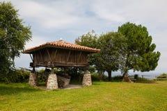 Παραδοσιακή αγροτική αποθήκη Horreo σιταριού της βόρειας Ισπανίας Στοκ εικόνα με δικαίωμα ελεύθερης χρήσης