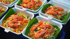 Παραδοσιακή ασιατική κουζίνα, τρόφιμα οδών στην αγορά νύχτας, θαλασσινά, νουντλς και ρύζι απόθεμα βίντεο