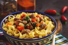 Παραδοσιακή ασιατική σούπα νουντλς με τα λαχανικά και το κρέας, γνωστά όπως lagman Ασιατική, του Ουζμπεκιστάν κουζίνα ύφους Στοκ Εικόνες