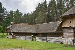 παραδοσιακή αυλή της Λετονίας βοοειδών Στοκ φωτογραφία με δικαίωμα ελεύθερης χρήσης