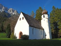 Παραδοσιακή αυστριακή εκκλησία στο περιβάλλον βουνών στοκ φωτογραφίες