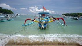 Παραδοσιακή βάρκα αλιείας Μπαλί στο λιμάνι, υπαίθρια απόθεμα βίντεο