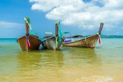 Παραδοσιακή βάρκα μακρύς-ουρών στην παραλία στο AO Nang Krabi Ταϊλάνδη Στοκ Εικόνες