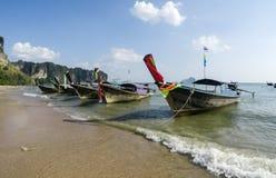 Παραδοσιακή βάρκα ουρών Thailandese μακριά στην παραλία AO Nang, Krabi Στοκ εικόνα με δικαίωμα ελεύθερης χρήσης