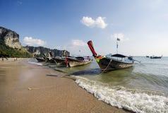 Παραδοσιακή βάρκα ουρών Thailandese μακριά στην παραλία AO Nang, Krabi Στοκ Εικόνα