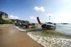 Παραδοσιακή βάρκα ουρών Thailandese μακριά στην παραλία AO Nang, Krabi Στοκ Φωτογραφία
