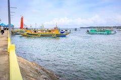 Παραδοσιακή βάρκα banca εκτός από το λιμένα λιμενοβραχιόνων Caticlan στο Philip Στοκ εικόνες με δικαίωμα ελεύθερης χρήσης