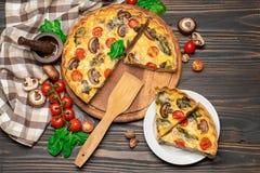 Παραδοσιακή γαλλική ψημένη σπιτική πίτα πίτα στον ξύλινο πίνακα στοκ εικόνες