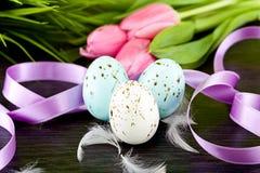 Παραδοσιακή διακόσμηση αυγών Πάσχας με τις τουλίπες και το ribbo Στοκ εικόνες με δικαίωμα ελεύθερης χρήσης